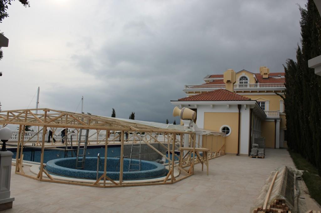 недостроенный бассейн слева от чайного домика