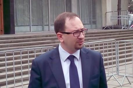 Адвокат Ахтема Чийгоза Николай Полозов у здания суда
