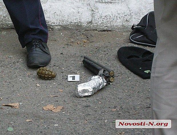 ВНиколаеве мужчина стрелял вполицейских ибросил под патрульное авто гранату