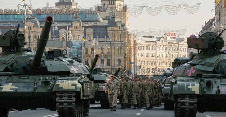 epa05500087 Ukrainian soldiers walk past tanks at the Independence Square in downtown Kiev, Ukraine, 19 August 2016 during a rehearsal of the military parade which will be held in honour of Independence Day of Ukraine on 24 August.  EPA/SERGEY DOLZHENKO