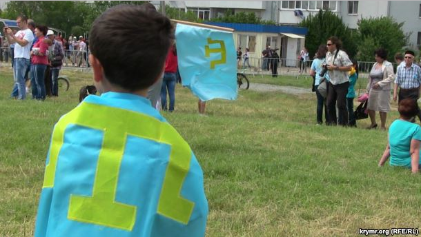 ВКрыму детей заставили надеть футболки статарской символикой навыворот