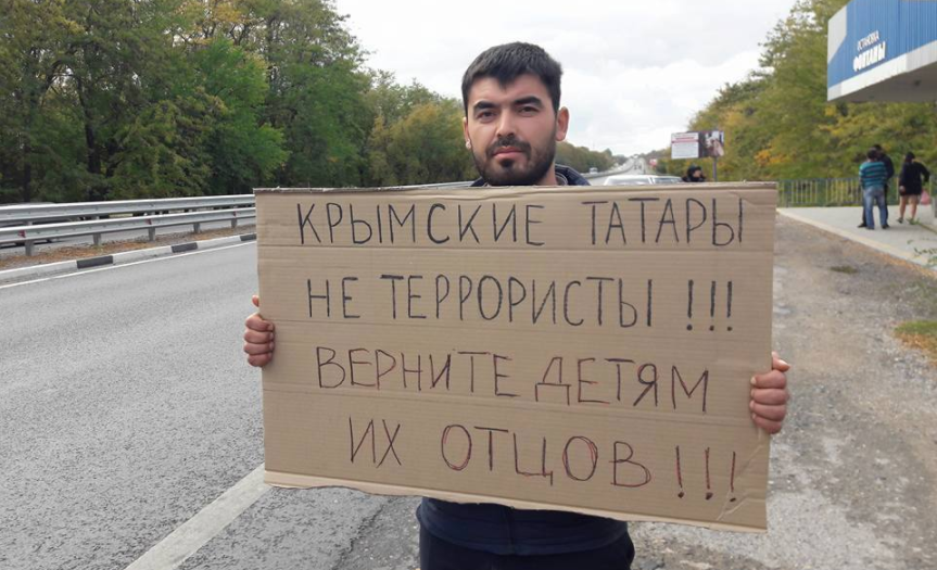 ВКрыму крымские татары вышли наодиночные пикеты: ихзадерживают