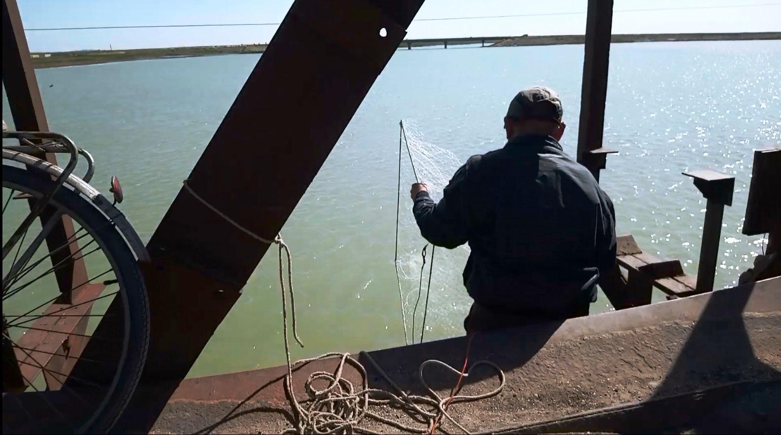 В 100 м от Генической рыбоохраны 20 рыбаков ловят рыбу сетками-пауками: большое расследование, куда девается браконьерская рыба