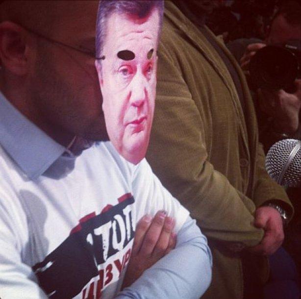 На пресс конференции президента журналисты надели на себя маски Януковича   2439