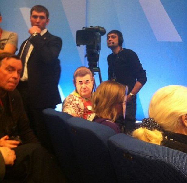 На пресс конференции президента журналисты надели на себя маски Януковича   4239