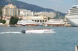 В ялтинском порту до сих пор осуществляют экстрим прогулки на скоростных катерах   DSC09641 1 300x199