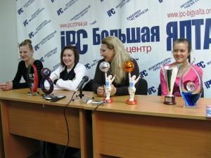 На юных ялтинских циркачек положили глаз в «Цирк Дю Солей»   parad nadezhd 300x225